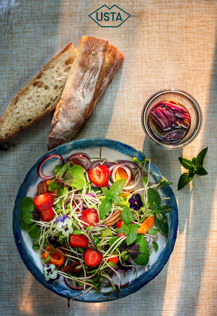 Letnia sałatka z kiełkami, truskawkami i kwiatami