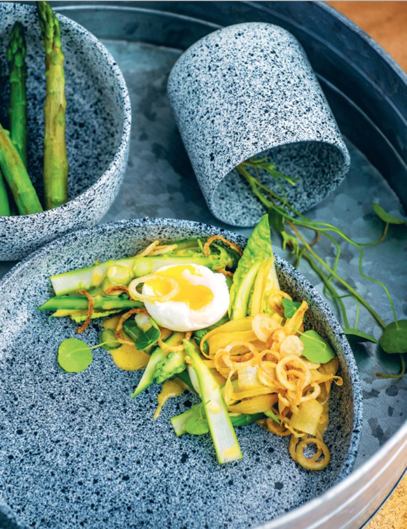 Jajka z truflowym holenderem i blanszowanymi szparagami